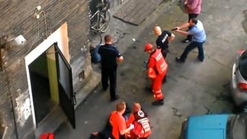 29-05-2016 15:37 Policjanci obezwładniali nożownika za pomocą… mopa i roweru