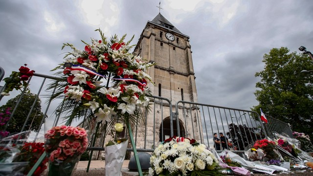 Francja: trzy osoby zatrzymane po ataku na kościół w Normandii