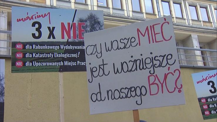 """""""Nie dla węgla kosztem ludzi"""". Protest mieszkańców Orzesza ws. planów wydobycia węgla"""